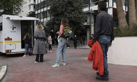 «Βόμβα» Καπραβέλου στο Newsbomb.gr: Ποια αποκλιμάκωση – Φόβοι για «έκρηξη» κρουσμάτων μέσα στο Μάιο