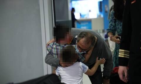Συγκλονιστικές στιγμές στο αεροδρόμιο: Επέστρεψαν μετά από 15 μήνες Έλληνες ναυτικοί από την Κίνα