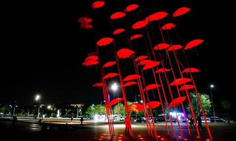 Θεσσαλονίκη: Με κόκκινο χρώμα φωτίστηκαν οι «Ομπρέλες» στη Νέα Παραλία