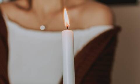 Να τι πρέπει να κάνεις αν «αρπάξουν» φωτιά τα μαλλιά από κάποιο κερί