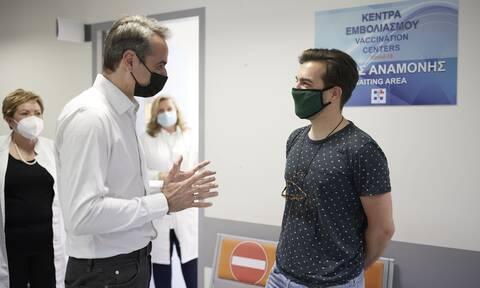 Ο Κυριάκος Μητσοτάκης στο κέντρο Υγείας στη Ραφήνα