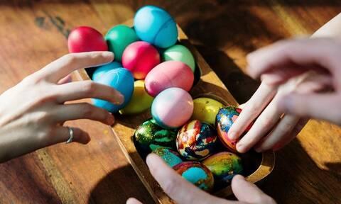 Μεγάλο Σάββατο: Ο πιο γρήγορος τρόπος να βάψετε αυγά με μόλις 3 υλικά