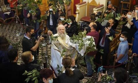 Χίος: Ο «ιπτάμενος ιερέας» έκανε την πρώτη Ανάσταση (vids)