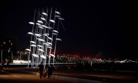 Θεσσαλονίκη: Με το λευκό αναστάσιμο χρώμα φωταγωγήθηκαν οι «Ομπρέλες» του Ζογγολόπουλου