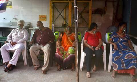 Κορονοϊός Ινδία: «Κόλαση» με νέο ρεκόρ θανάτων - Πάνω από 350.000 νέα κρούσματα σε ένα 24ωρο
