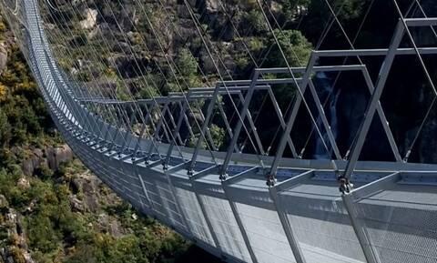 Κόβει την ανάσα! Η μεγαλύτερη κρεμαστή πεζογέφυρα στον κόσμο (vid)
