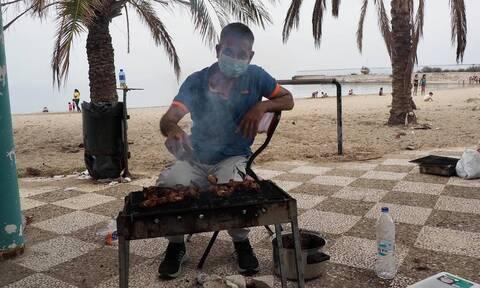 Φωτογραφίες: Ψήνοντας για το Πάσχα στην παραλία στο Ελληνικό