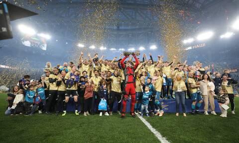 Ποδοσφαιριστής γνωστός για... ροζ βίντεο, παρέλαβε μετάλλιο ντυμένος σούπερ ήρωας (photos+videos)