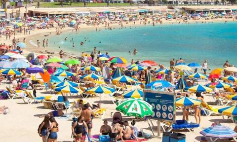 τουρίστες παραλία νησί