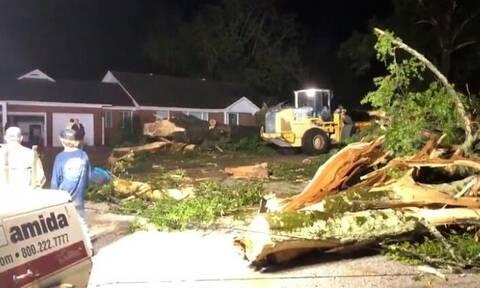 ΗΠΑ: Ανεμοστρόβιλος σαρώσε το Μισισίπι, καταστρέφοντας κτίρια και μεγάλες προκαλώντας ζημιές