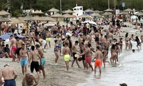 Ζέστη και χαλάρωση μέτρων έφεραν… πανικό στις παραλίες – «Βούλιαξαν» τα Νότια Προάστια της Αττικής