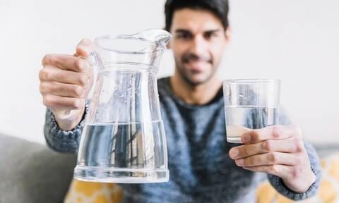 Γιατί πρέπει να πίνεις νερό με άδειο στομάχι;