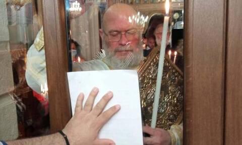 Γιατί ο ιερέας χτυπάει την πόρτα της εκκλησίας; (vid)