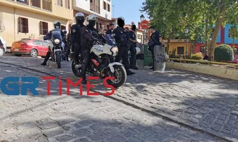 Lockdown – Θεσσαλονίκη: Αστυνομική επιχείρηση για αποτροπή συνωστισμού στην πλατεία Καλλιθέας