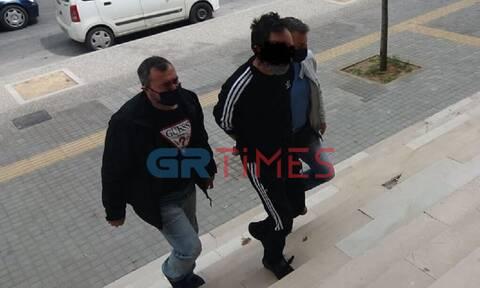 Θεσσαλονίκη: Φρίκη από τα ερωτικά μηνύματα του 47χρονου στη θετή του κόρη – Αρνείται τις κατηγορίες