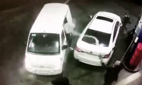 Πήγαν να του κλέψουν το αυτοκίνητο και τους… έλουσε με βενζίνη