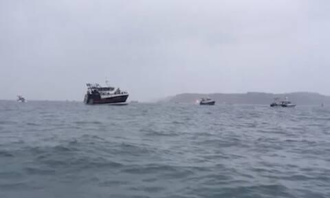 Αγγλογαλλική «ναυμαχία» στη Μάγχη:Διαμαρτυρία Γάλλων ψαράδων παρουσία αγγλικών-γαλλικών πολεμικών