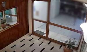 Νέα Σμύρνη: Συγκλονίζει η νεαρή κοπέλα - «Δεν ξέρω τι θα γινόταν αν δεν είχα τα κλειδιά στο χέρι»