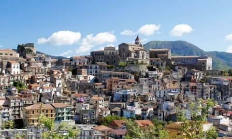 Ρεπορτάζ Newsbomb.gr: Με 1 ευρώ μπορείς να αγοράσεις ένα σισιλιάνικο σπίτι με θέα την Αίτνα