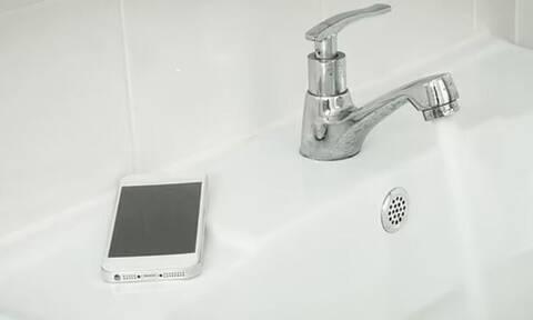 Κινητό τηλέφωνο βρύση νερό