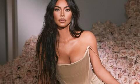 Πιο sexy από ποτέ η Kim Kardashian - Ποζάρει με κατάξανθα μαλλιά και hot μαγιό (photos)