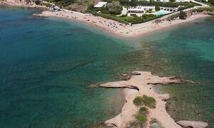 Το νησάκι της Αττικής με τις αλλεπάλληλες δαντελένιες ακρογιαλιές 30 λεπτά από το κέντρο της Αθήνας
