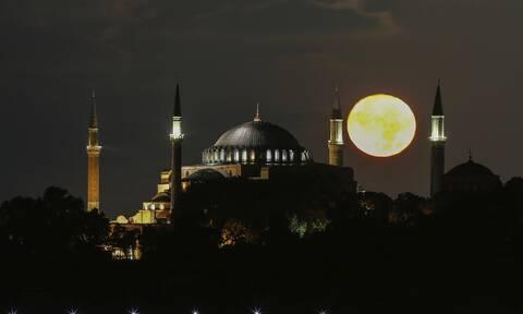 Ασέβεια χωρίς τέλος από τον Ερντογάν: Κρέμασε φωτεινές επιγραφές στην Αγιά Σοφιά!