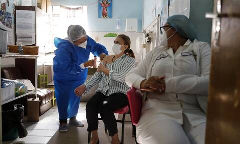 Astrazeneca: H E.E δεν ανανέωσε την παραγγελία εμβολίων -  Στο μικροσκόπιο νέα πιθανή παρενέργεια