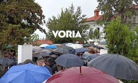 Κορoνοϊός - Θεσσαλονίκη: Πλήθος κόσμου σε κηδεία ιερέα που πέθανε από τον ιό