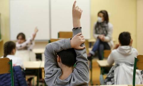 Άνοιγμα σχολείων: Η κυβέρνηση την έβγαλε και φέτος την «υποχρέωση»
