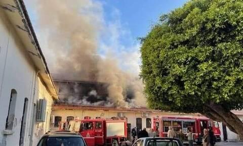 Συναγερμός στη Κρήτη για μεγάλη πυρκαγιά σε αποθήκη