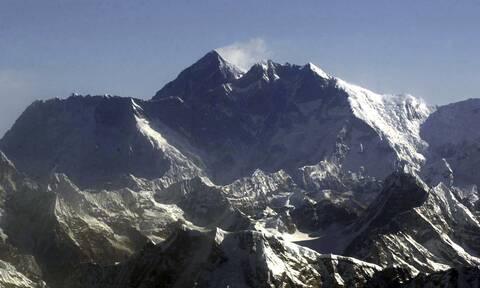 Koρονοϊος: Το Νεπάλ ζητάει απο τους ορειβάτες του Έβερεστ τις άδειες φιάλες οξυγόνου!