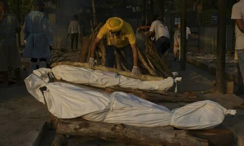 Φρίκη στην Ινδία: Δεκάδες πτώματα πιθανών θυμάτων του κορονοϊού ξεβράστηκαν στις όχθες του Γάγγη