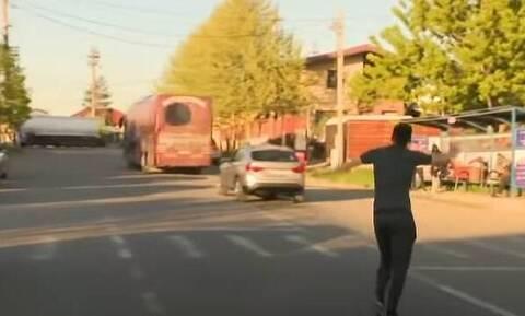 Επικό στιγμιότυπο: Ξέχασαν παίκτη στο γήπεδο – Έτρεχε και φώναζε πίσω από το πούλμαν! (video)