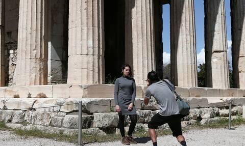 Telegraph: Καθυστερεί η ένταξη της Ελλάδας στην «πράσινη λίστα» για ταξίδια Βρετανών τουριστών