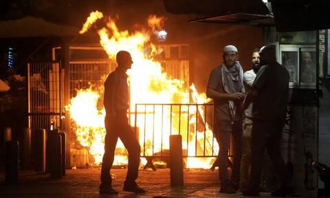 Η Ιερουσαλήμ στις φλόγες: Ολονύχτιες συγκρούσεις - Εκκλήσεις για ηρεμία από τη διεθνή κοινότητα