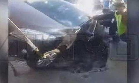 Σέρρες: Υποχώρησε η άσφαλτος και «κατάπιε» αυτοκίνητο! (vid)