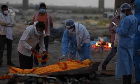 Ινδία- Κορονοϊός: Δεκάδες πτώματα συνεχίζει να ξεβράζει ο Γάγγης