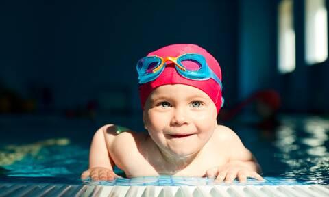 Πώς θα μάθετε στα μικρά παιδιά να κολυμπούν