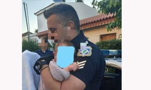 Γλυκά Νερά: Η ιστορία πίσω από τη συγκλονιστική φωτογραφία του αστυνομικού με το μωρό