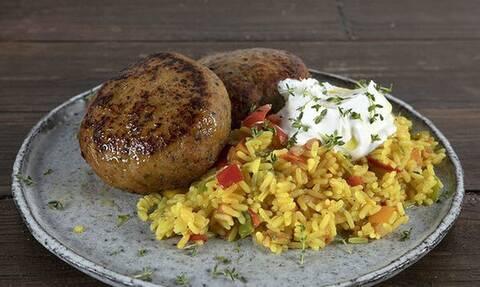 Άκης Πετρετζίκης: Συνταγή για τα πιο νόστιμα κι εύκολα μπιφτέκια γαλοπούλας
