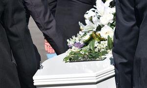 Σκηνοθέτησε την κηδεία του φίλου της... για να πιστέψει η ερωμένη ότι πέθανε