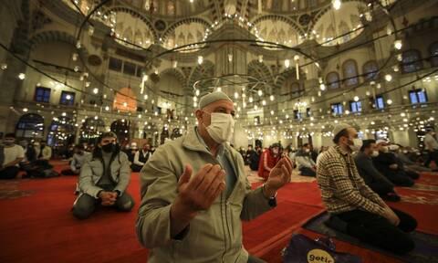 Νέα τουρκική πρόκληση: Χιλιάδες μουσουλμάνοι προσευχήθηκαν για το Μπαϊράμι μέσα στην Αγιά Σοφιά