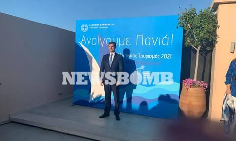 Θεοχάρης στο Newsbomb.gr: Ο τουρισμός ανοίγει με ασφάλεια και ζώνες άμυνας