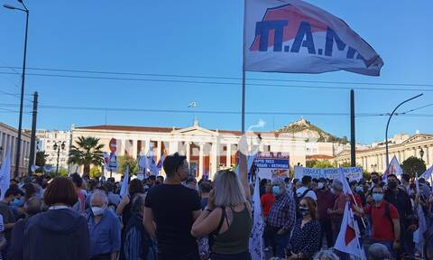 Ρεπορτάζ Newsbomb.gr: Συγκέντρωση διαμαρτυρίας στα Προπύλαια για το εργασιακό νομοσχέδιο