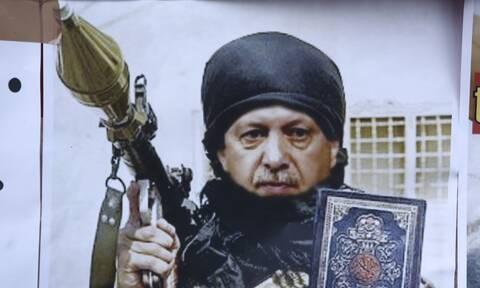 Ο Ερντογάν ως τζιχαντιστής σε αφίσα, μετά την εισβολή των Τούρκων στη Συρία