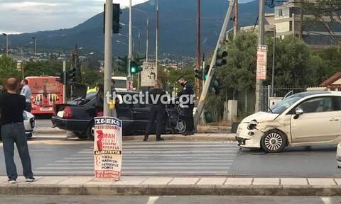 Θεσσαλονίκη: Σφοδρή σύγκρουση οχημάτων - Τραυματίστηκε μια γυναίκα