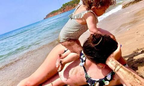Διάσημη Ελληνίδα φωτογραφίζεται στην παραλία λίγο πριν γεννήσει