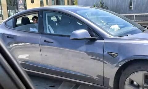 Η αστυνομία συνέλαβε 25χρονο που «οδηγούσε» Tesla από το… πίσω κάθισμα (vid)