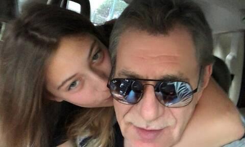 Άγγελος Διονυσίου: Ποζάρει στον φωτογραφικό φακό με την κούκλα κόρη του